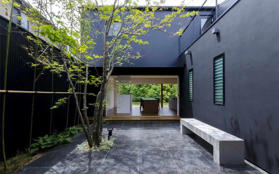 堺市西区に建つ中庭のある家の梁現し和室の内観実例写真
